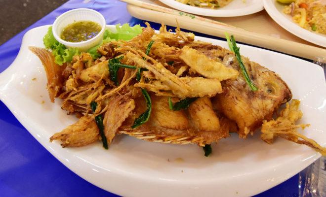 丸ごと魚料理(ガーリックハーブフライ
